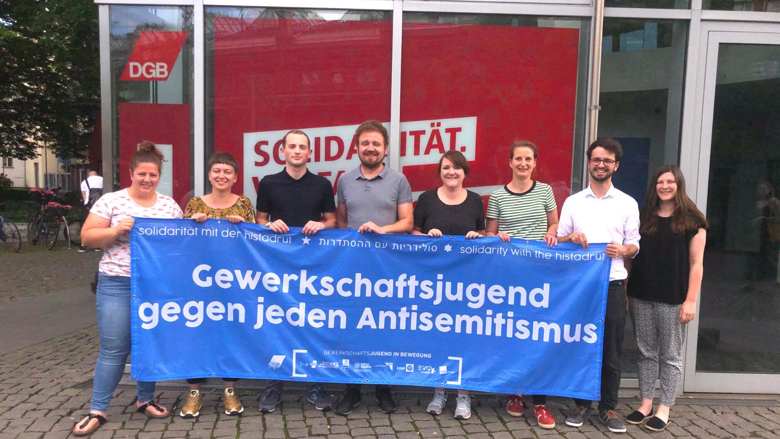 ver.di Jugend mit Banner gegen Antisemitismus
