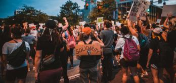 Menschenmenge auf einer Demo