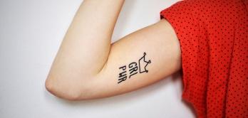 Arm einer Frau mit Schriftzug GRL PWR (Girl Power)