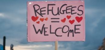 Ein Schild heißt Refugees welcome.