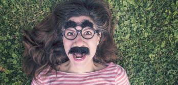 Frau mit Groucho-Marx-Maske
